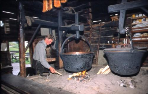 Foto: Kloiber Gabi / Wander Tour / Breitenebenalm - Karseggalm - Unterwandalm (Rundwanderung) / Offene Feuerstelle bei der Karseggalm  / 22.08.2007 17:41:11