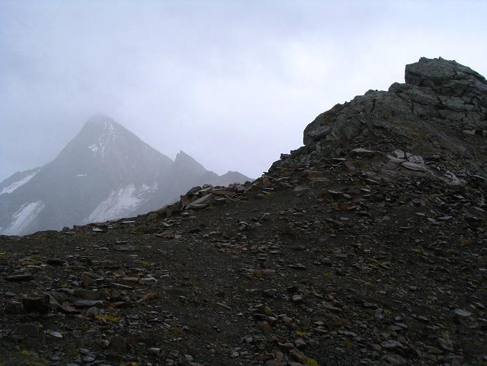 Foto: Andreas Koller / Wander Tour / Spritztour über Obergurgl auf den Festkogel (3038 m) / Rechts der Festkogelgipfel, im Nebel der Granatenkogel (3318 m) / 30.08.2007 00:12:09