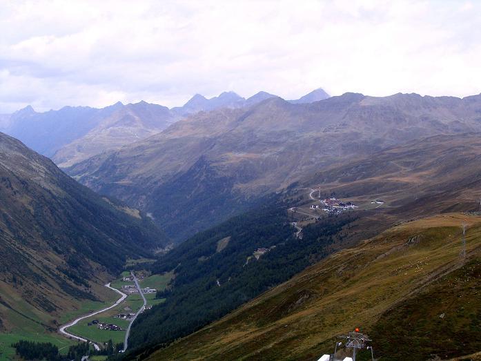 Foto: Andreas Koller / Wander Tour / Spritztour über Obergurgl auf den Festkogel (3038 m) / Blick vom Rosskar über Obergurgl und Hochgurgl honweg zu den Stubaier Alpen / 30.08.2007 00:09:24
