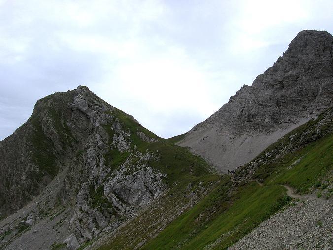 Foto: Andreas Koller / Klettersteig Tour / Karhorn - Klettersteig (2416 m) / Blick in den Schuttkessel mit Sattel (links Warther Horn, rechts Karhorn mit dem Anstiegsgrat) / 30.08.2007 02:42:59