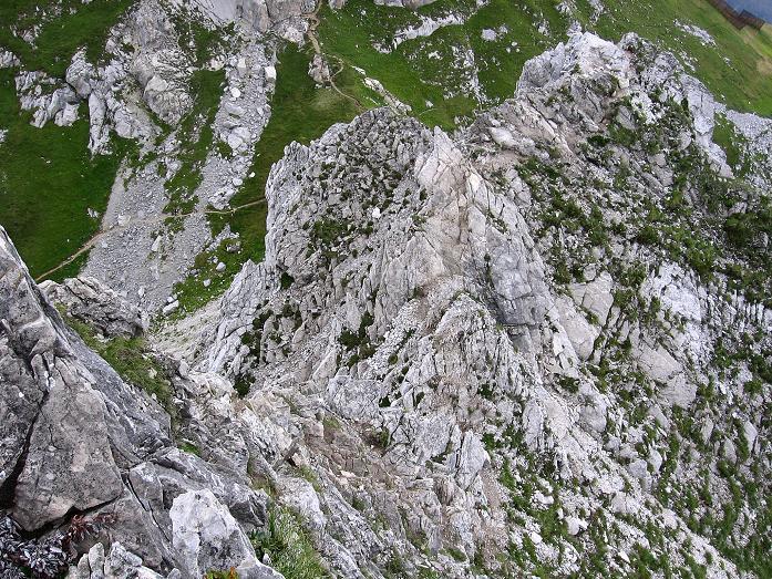 Foto: Andreas Koller / Klettersteig Tour / Karhorn - Klettersteig (2416 m) / Tiefblick über den O-Grat zum Steiglein, das in den Sattel zwischen Warther Horn und Karhorn führt / 30.08.2007 02:40:49