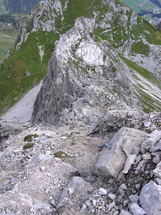 Foto: Andreas Koller / Klettersteig Tour / Karhorn - Klettersteig (2416 m) / Tiefblick in die Gipfelflanke und auf den O-Grat, der dem Klettersteig die Route vorgibt / 30.08.2007 02:38:02