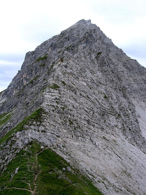 Foto: Andreas Koller / Klettersteig Tour / Karhorn - Klettersteig (2416 m) / Kurz oberhalb des Sattels im Aufstieg zum Warther Horn zeigt sich der gesamte O-Grat (Klettersteigroute) des Karhorns / 30.08.2007 02:33:35
