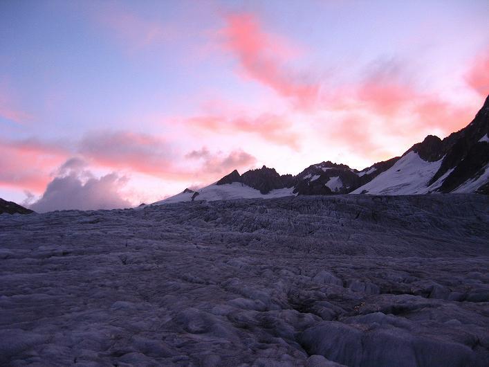 Foto: Andreas Koller / Wander Tour / Dammastock (3630m) - Hauptgipfel der Urner Alpen / Die Morgensonne färbt die Wolken über dem Rhonegletscher rot / 30.08.2007 04:57:47