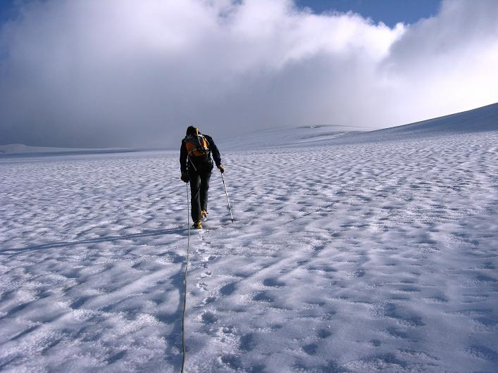 Foto: Andreas Koller / Wander Tour / Dammastock (3630m) - Hauptgipfel der Urner Alpen / Endlos lange Gletscherflächen charakterisieren den Anstieg / 30.08.2007 04:56:14