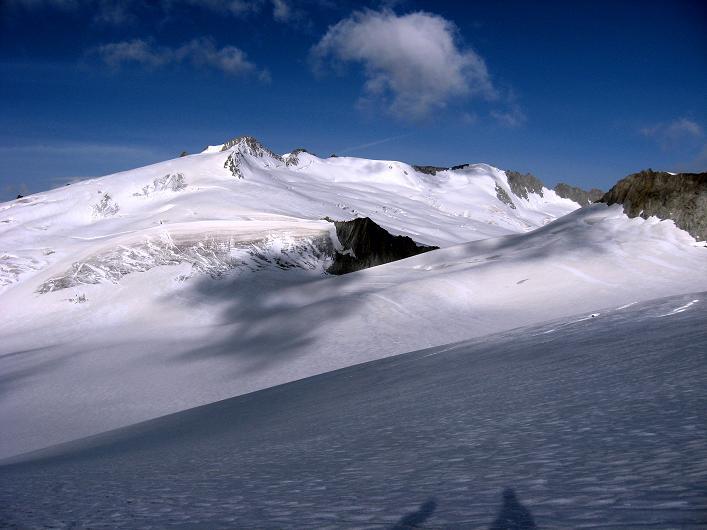 Foto: Andreas Koller / Wander Tour / Dammastock (3630m) - Hauptgipfel der Urner Alpen / Ein Eisgipfel um den anderen umrahmt den Rhonegletscher bzw. Eggfirn / 30.08.2007 04:55:14