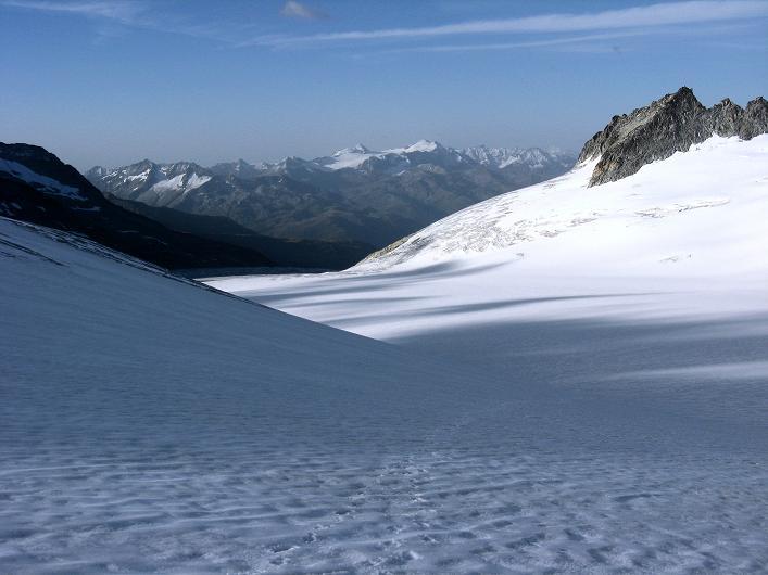 Foto: Andreas Koller / Wander Tour / Dammastock (3630m) - Hauptgipfel der Urner Alpen / Blick über die weiten Gletscherflächen zum Blinnenhorn (3373 m) und zu den Walliser Alpen / 30.08.2007 04:54:06