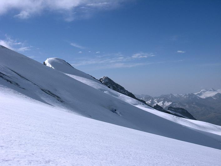 Foto: Andreas Koller / Wander Tour / Dammastock (3630m) - Hauptgipfel der Urner Alpen / Rhonestock (3589 m) und Galenstock (3586 m) über dem Eggfirn / 30.08.2007 04:53:02