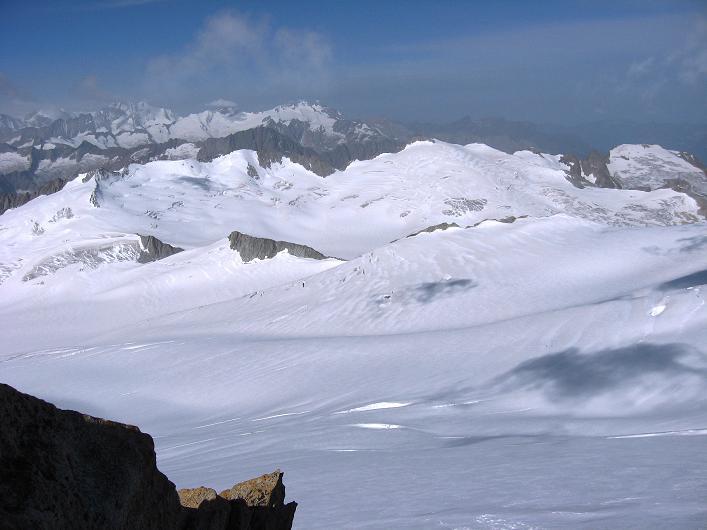 Foto: Andreas Koller / Wander Tour / Dammastock (3630m) - Hauptgipfel der Urner Alpen / Blick über den Eggfirn zu den Berner Alpen / 30.08.2007 04:50:45