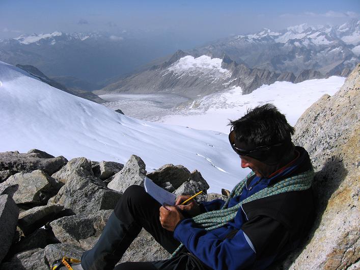 Foto: Andreas Koller / Wander Tour / Dammastock (3630m) - Hauptgipfel der Urner Alpen / Eintrag ins Gipfelbuch des Dammastock - in der Tiefe der Rhonegletscher / 30.08.2007 04:48:50