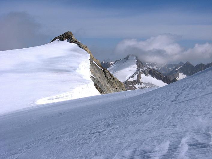 Foto: Andreas Koller / Wander Tour / Dammastock (3630m) - Hauptgipfel der Urner Alpen / Blick vom Gletscher auf Dammajoch, Schneestock (3608 m) und dahinter Sustenhorn (3502 m) / 30.08.2007 04:47:29