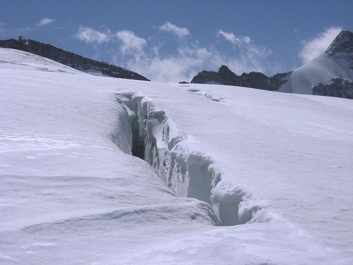 Foto: Andreas Koller / Wander Tour / Dammastock (3630m) - Hauptgipfel der Urner Alpen / Spalten am Eggfirn / 30.08.2007 04:45:42