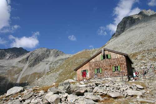 Foto: leitner monika / Wander Tour / Von der Edelrauthütte auf den Weißzint / Edelrauthütte, im Hintergrund Aufstiegsweg zum Hohen Weißzint / 30.08.2007 19:02:48