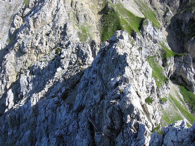 Foto: Andreas Koller / Klettersteig Tour / Karwendel- und Mittenwalder Klettersteig (2384m) / Blick in die Tiefe auf den ausgesetzten Holzsteg / 31.08.2007 23:14:44
