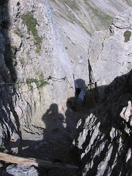 Foto: Andreas Koller / Klettersteig Tour / Karwendel- und Mittenwalder Klettersteig (2384m) / Der mit vielen Stiften und Drahtseilen gesicherte Kamin / 31.08.2007 23:11:42