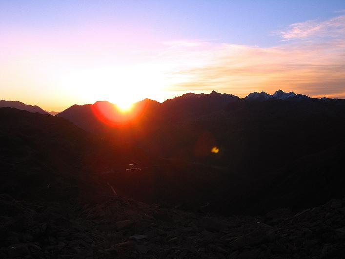 Foto: Andreas Koller / Wander Tour / Über den SO-Sporn auf den Galenstock (3586m) / Sonnenaufgang über dem Furkagebiet / 01.09.2007 13:21:22