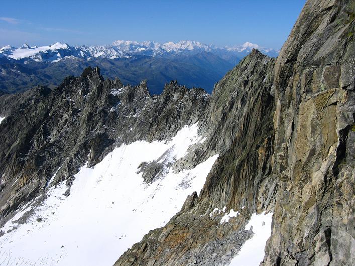 Foto: Andreas Koller / Wander Tour / Über den SO-Sporn auf den Galenstock (3586m) / Blick vom SO-Sporn zum Blinnenhorn (3373 m) sowie den Walliser 4000ern / 01.09.2007 13:19:40