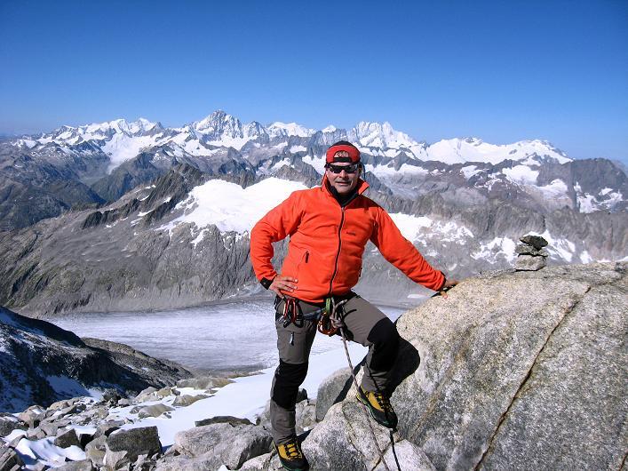 Foto: Andreas Koller / Wander Tour / Über den SO-Sporn auf den Galenstock (3586m) / Am Ausstieg vom SO-Sporn mit Rhonegletscher und Berner Alpen / 01.09.2007 13:17:54