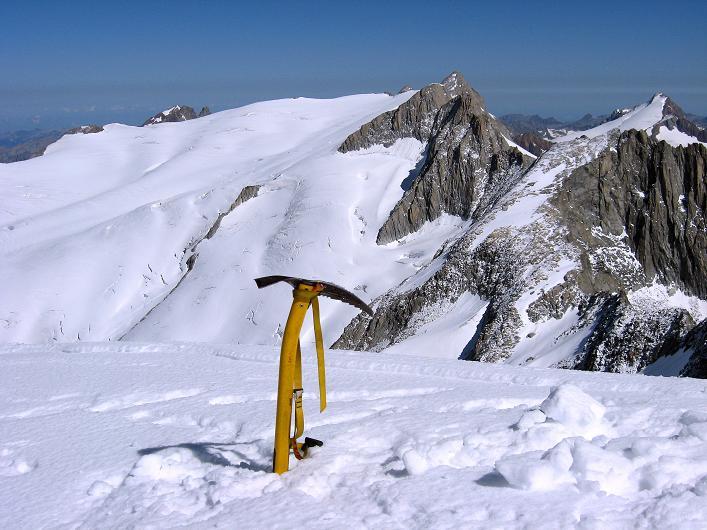 Foto: Andreas Koller / Wander Tour / Über den SO-Sporn auf den Galenstock (3586m) / Am Galenstockgipfel gegen Dammstock (3630 m) und Sustenhorn (3502 m) / 01.09.2007 13:16:32