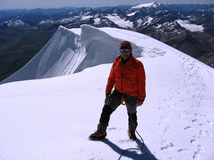 Foto: Andreas Koller / Wander Tour / Über den SO-Sporn auf den Galenstock (3586m) / Am Gipfel des Galenstock mit den Wächten im Hintergrund / 01.09.2007 13:15:14