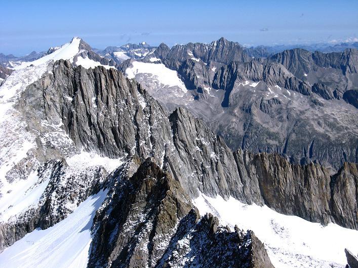 Foto: Andreas Koller / Wander Tour / Über den SO-Sporn auf den Galenstock (3586m) / Blick ins Herz der Urneralpen mit Sustenhorn (3502 m) / 01.09.2007 13:14:41
