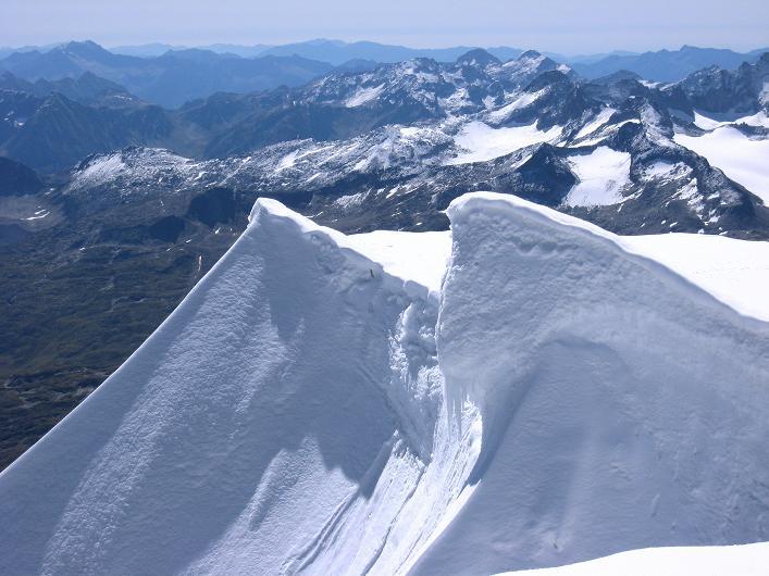 Foto: Andreas Koller / Wander Tour / Über den SO-Sporn auf den Galenstock (3586m) / Gipfelwächte am Galenstock / 01.09.2007 13:14:07