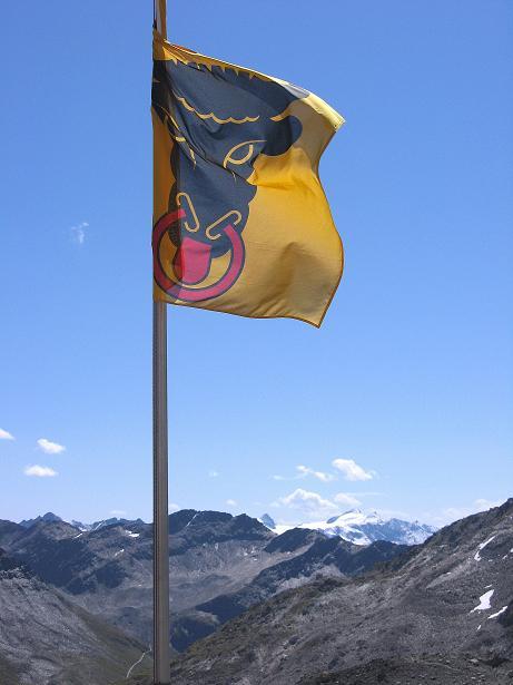 Foto: Andreas Koller / Wander Tour / Über den SO-Sporn auf den Galenstock (3586m) / Die Fahne des Kantons Uri bei der Sidelenhütte / 01.09.2007 13:10:46