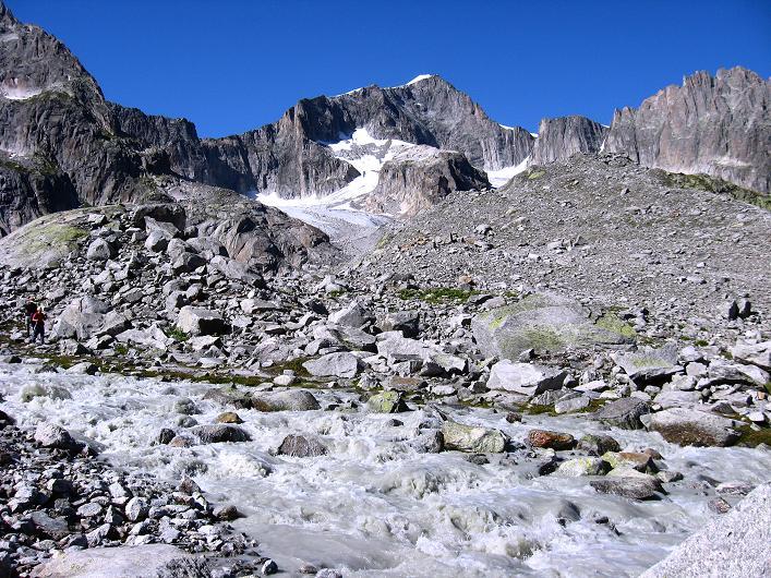 Foto: Andreas Koller / Wander Tour / Über den SO-Sporn auf den Galenstock (3586m) / Gletscherbach mit Sidelengletscher und Galenstock / 01.09.2007 13:10:25