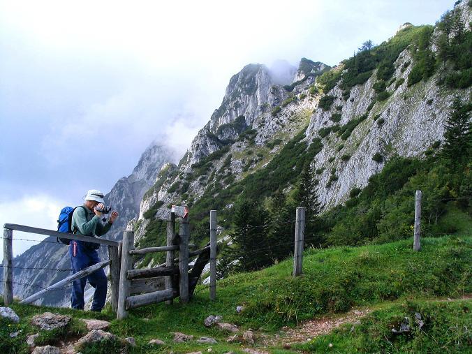 Foto: Andreas Koller / Klettersteig Tour / Wildfrauensteig von der Ardningalm (1992 m) / Am Arlingsattel mit den S-Abstürzen des Bosruck / 03.09.2007 20:11:48