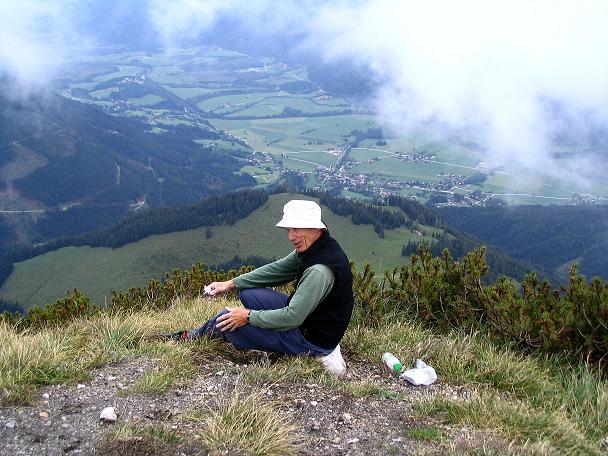 Foto: Andreas Koller / Klettersteig Tour / Wildfrauensteig von der Ardningalm (1992 m) / Rast am Kitzstein mit Tiefblick nach S / 03.09.2007 20:01:27