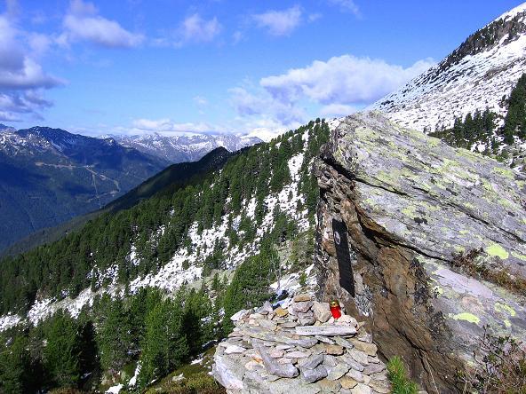 Foto: Andreas Koller / Wander Tour / Großer Moosstock (3061 m) / Gedenkstein im Aufstieg mit Blick in die Zillertaler Alpen / 10.09.2007 03:11:17